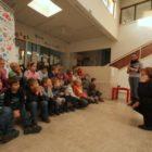 8.12.2011_cervek_prvic_v_galeriji_vrtec_miske_geder_kosi_1.jpg